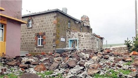 Kars'ta şiddetli fırtına çatıları uçurdu!
