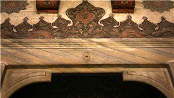 Hacer-ül Esved taşının 4 parçası Sokullu Mehmet Paşa Camisi'nde!