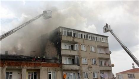 Küçükçekmece'de üç katlı binada yangın!