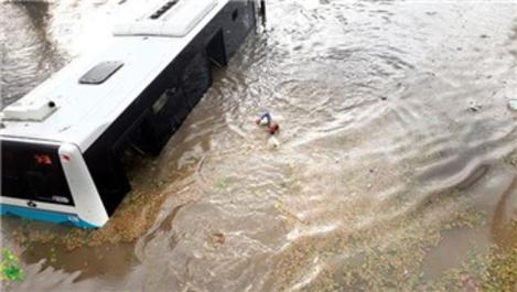 İstanbul bir kez daha sağanak yağışa teslim oldu