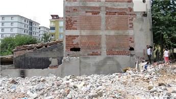 Pendik'te bina yıkımı sırasında evlerde hasar oluştu