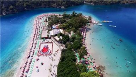 Fethiye'de turistler plajda Türk bayrağı oluşturdu
