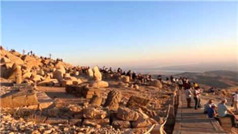 Nemrut Dağı, bayramda ziyaretçi akınına uğradı!