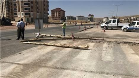 Bayburt'ta yolu 'tapulu arazim' deyip trafiğe kapattı