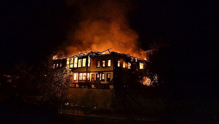 Safranbolu'da 150 yıllık tarihi iki konak yandı!