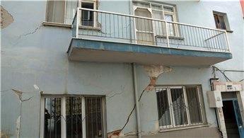 İzmir'de hastane inşaatı temel kazısı sırasında yol çöktü