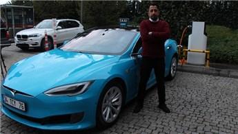 Turkuaz renkli çevreci Tesla taksiler ilgi görüyor