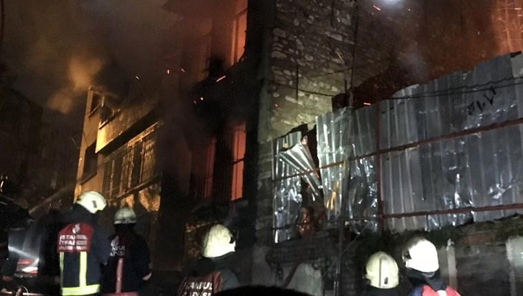 Fatih'te iki katlı ahşap binada yangın çıktı