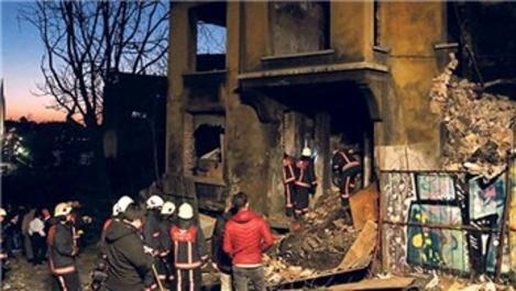 Beyoğlu'nda 3 katlı binanın tavanı çöktü