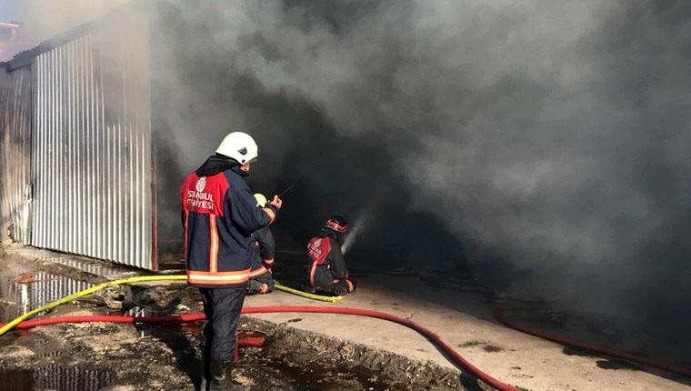 Arnavutköy'de koli fabrikasında yangın çıktı