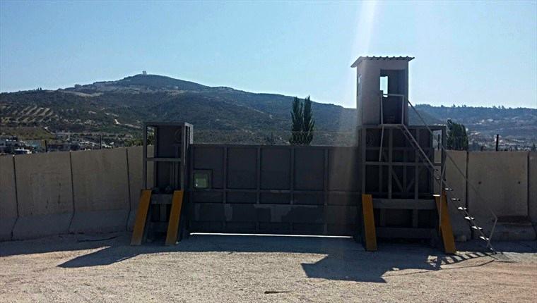 Suriye sınırındaki duvara balistik kapı!