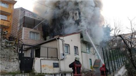 Üsküdar'da ahşap binada yangın çıktı