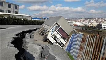 Esenyurt'ta temel kazma çalışması sırasında yol çöktü