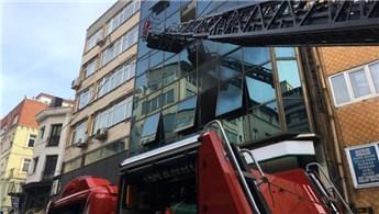Karaköy'de iş merkezinde yangın çıktı
