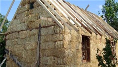 9 yıldır samandan yaptıkları evde oturuyor