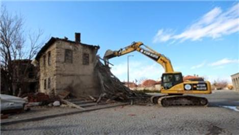 Konya Beyşehir'de metruk binalar yıkılıyor