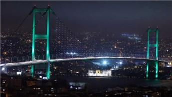 İstanbul'da köprüler Pakistan için ışıklandırıldı