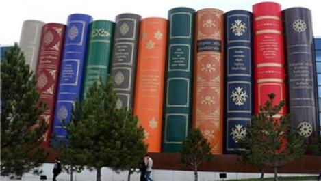 Kitap sırtı şeklindeki kütüphane dikkat çekiyor