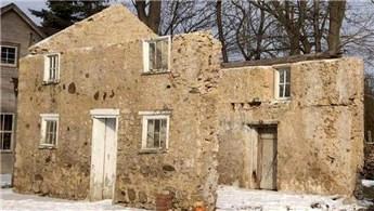 1800'lü yıllardan kalan binayı saraya çevirdi