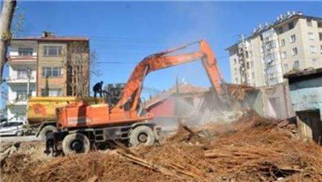 Ereğli'de kentsel dönüşüm alanındaki metruk binalar yıkılıyor
