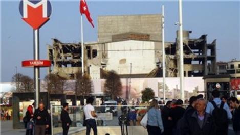 AKM'nin ön cephesi tamamen yıkıldı