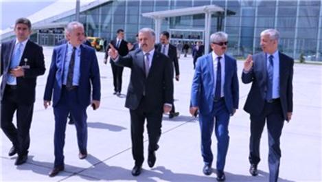 Bakan Arslan, Kars Harakani Havalimanı'ndaki çalışmaları inceledi