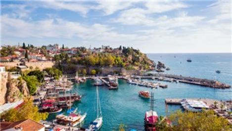 Tatilciler Antalya'da boş yer bırakmadı!