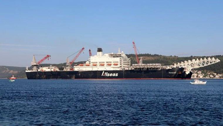 Dünyanın en büyük inşaat gemisi İstanbul Boğazı'ndan geçiyor