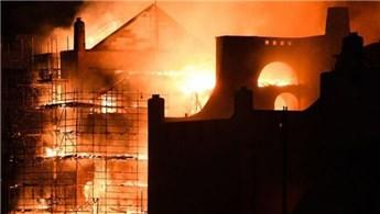 İskoçya'daki tarihi bina alevlere teslim oldu