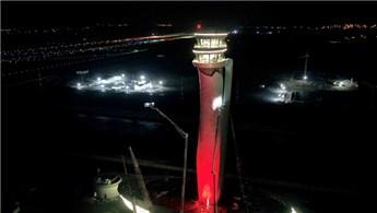 3. Havalimanı'nda kule Türk Bayrağı renklerine büründü