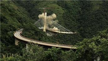 Kolombiya'daki köprü inşaatı patlayıcılarla yıkıldı