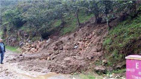 Giresun'da üç köy yolunda heyelan meydana geldi