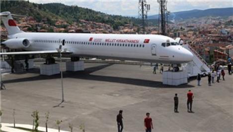 Millet kıraathanesine dönüştürülen uçak, yoğun ilgi görüyor