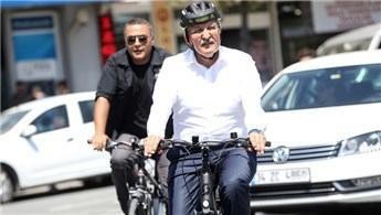Belediye başkanından şehir içi trafiğe bisikletli çözüm!