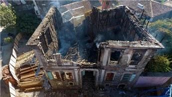 İzmir'de tarihi konak yandı