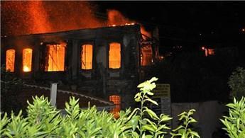 İzmir'de 3 katlı tarihi ahşap konak yandı