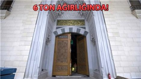Çamlıca Camisi'nin ana kapısı yerine takıldı