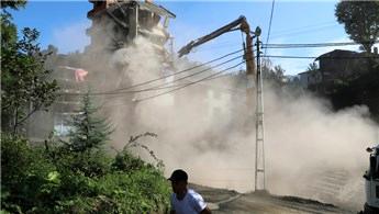 Rize'de 7 katlı binanın yıkımına devam ediliyor