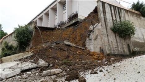 Ordu'daki sağanakta bir okulun bahçe duvarı yıkıldı