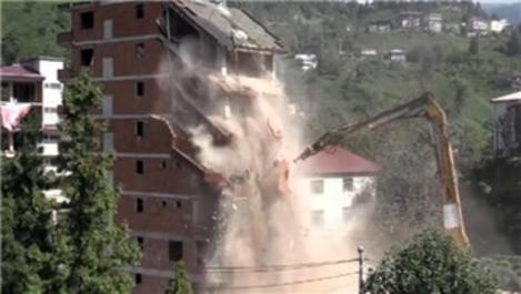 Rize'deki bina yıkım çalışmaları sırasında çöktü