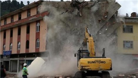 Rize'de altından dere geçen bir bina daha yıkılıyor