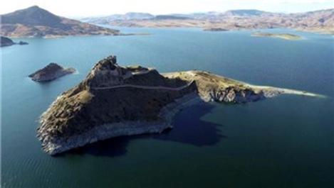 Tunceli'de ada görünümlü Pertek Kalesi göz kamaştırıyor