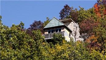 Kayalığa inşa ettiği evde doğayla iç içe yaşıyor