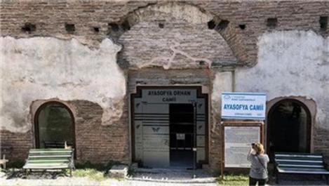 İznik'te 1700 yıllık camiye cam kapı takıldı