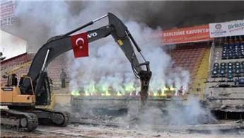 Millet Bahçesi için Malatya İnönü Stadı'nın yıkımı başladı