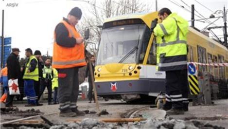 Kabataş-Bağcılar seferini yapan tramvay raydan çıktı