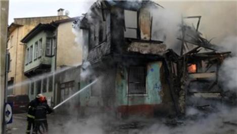 Bursa'da tarihi Kayhan Çarşısı'ndaki binada yangın!