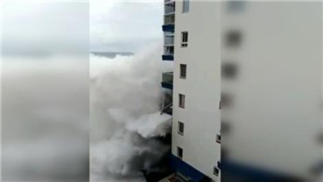 İspanya'da dev dalgalar balkonları yıkıp geçti!