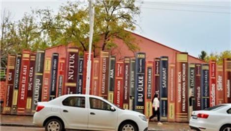 Mardin'de okula kitap gibi duvar!