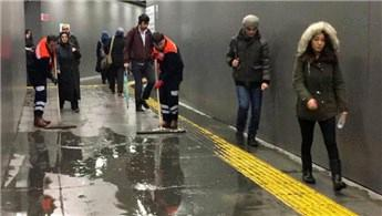 Metrobüs yaya alt geçidini su bastı!